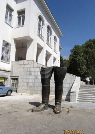 Botas de Reza Phahlevi, escultura en su honor
