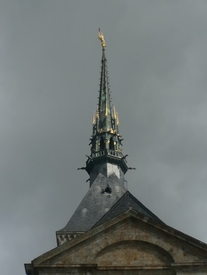 Aguja y estatua de San Miguel